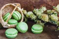 Macarrones verdes en fondo de madera oscuro Imagenes de archivo