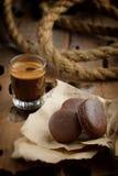 Macarrones y café del chocolate fotos de archivo