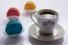 Macarrones y café multicolores Foto de archivo libre de regalías