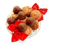 Macarrones y chocolates en la bandeja cristalina Imágenes de archivo libres de regalías