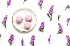 Macarrones y flores para el desayuno ligero en el modelo blanco de la opinión superior del fondo del escritorio Fotos de archivo