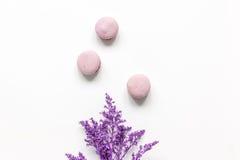 Macarrones y flores para la maqueta blanca de la opinión superior del fondo del escritorio del desayuno ligero Imagen de archivo