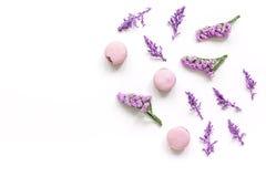 Macarrones y flores para la maqueta blanca de la opinión superior del fondo del escritorio del desayuno ligero Imágenes de archivo libres de regalías