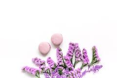 Macarrones y flores para la maqueta blanca de la opinión superior del fondo del escritorio del desayuno ligero Imagenes de archivo