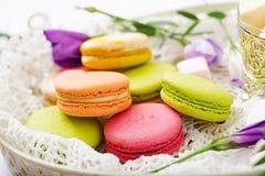 Macarrones y melcochas coloridos fotografía de archivo libre de regalías