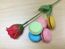Macarrones y rosa del rojo Foto de archivo libre de regalías