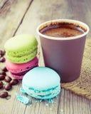 Macarrones y taza de café del café express en la tabla rústica de madera Fotografía de archivo