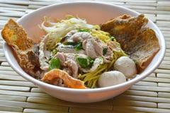 Macarronete amarelo com a bola da carne de porco que cobre a pele friável dos peixes na sopa Fotos de Stock