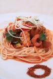 Macarronete chinês com calamar Foto de Stock