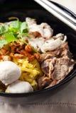 Macarronete com bola de carne, carne de porco da fervura, alimento tailandês Imagem de Stock