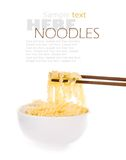 Macarronete com chopsticks do pinch imagem de stock royalty free