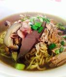 Macarronete com sopa deliciosa e o pato fluídos Imagem de Stock Royalty Free