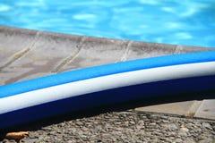 Macarronete da associação pela piscina Imagens de Stock Royalty Free