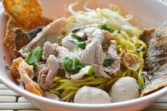 Macarronete de ovo chinês com a bola da carne de porco que cobre a pele friável dos peixes na sopa Imagem de Stock Royalty Free