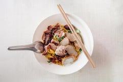 Macarronete de ovo tailandês na bacia branca com carne de porco vermelha cortada do assado, por fotografia de stock royalty free