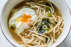 Macarronete de Ramen japon?s caseiro com ovos escalfados imagens de stock