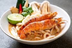 macarronete de ramen picante do udon dos camarões (Tom Yum Goong) foto de stock royalty free