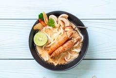macarronete de ramen picante do udon dos camarões (Tom Yum Goong) imagens de stock