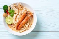 macarronete de ramen picante do udon dos camarões (Tom Yum Goong) imagens de stock royalty free
