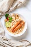 macarronete de ramen picante do udon dos camarões (Tom Yum Goong) foto de stock