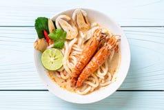 macarronete de ramen picante do udon dos camarões (Tom Yum Goong fotografia de stock royalty free