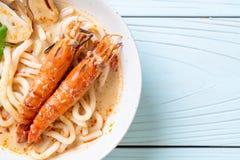 macarronete de ramen picante do udon dos camarões (Tom Yum Goong fotos de stock