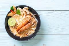macarronete de ramen picante do udon dos camarões (Tom Yum Goong foto de stock royalty free