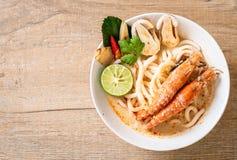 macarronete de ramen picante do udon dos camarões (Tom Yum Goong imagem de stock royalty free