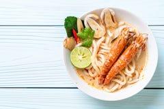 macarronete de ramen picante do udon dos camarões (Tom Yum Goong imagens de stock royalty free