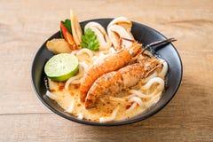 macarronete de ramen picante do udon dos camarões (Tom Yum Goong fotografia de stock