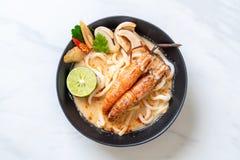 macarronete de ramen picante do udon dos camarões (Tom Yum Goong foto de stock
