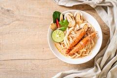 macarronete de ramen picante do udon dos camarões (Tom Yum Goong fotos de stock royalty free