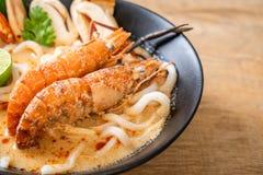 macarronete de ramen picante do udon dos camar?es (Tom Yum Goong fotografia de stock royalty free