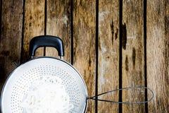 Macarronete de Vietnam no escorredor e no potenciômetro Matéria prima do alimento ou do menu principal Foto de Stock