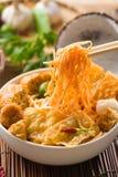 Macarronete do caril de Singapura com os ingredientes no fundo imagens de stock