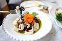 macarronete do preto dos espaguetes do calamar com ovas dos peixes foto de stock