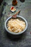 Macarronete e arroz fritados na bacia rústica Fotografia de Stock Royalty Free