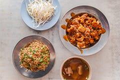 Macarronete fritado com a sopa do reforço de carne de porco e o O jian foto de stock
