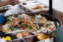 Macarronete fritado do estilo do alimento da rua de Tailândia bandeja tailandesa foto de stock