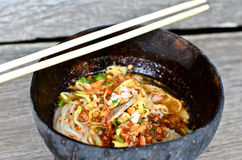 Macarronete picante tailandês no escudo do coco Fotografia de Stock