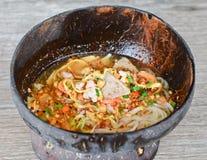 Macarronete picante tailandês no escudo do coco Imagens de Stock