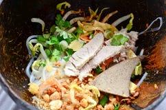 Macarronete picante tailandês no escudo do coco Imagem de Stock