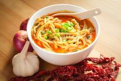 Macarronete quente e picante do caril na tabela Fotografia de Stock Royalty Free