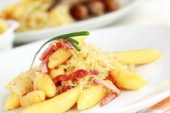 Macarronete rolado com repolho e bacon ácidos fotografia de stock royalty free