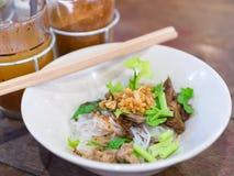 Macarronete seco com o guisado de carne na loja local em Banguecoque, Tailândia Imagem de Stock Royalty Free