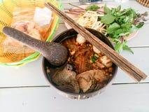 Macarronete tailandês com a bacia do coco imagens de stock