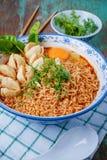Macarronete tailandês do estilo, kung de tom do macarronete yum com almôndega da carne imagem de stock royalty free