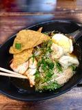 Macarronete tailandês Kuay Tiew da carne do estilo na tabela de madeira, fim acima da imagem fotos de stock
