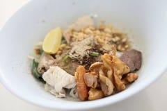 Macarronete tailandês quente e picante na sopa de tom yum imagens de stock royalty free