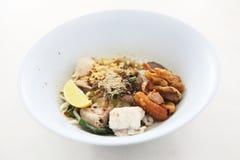 Macarronete tailandês quente e picante na sopa de tom yum fotos de stock royalty free